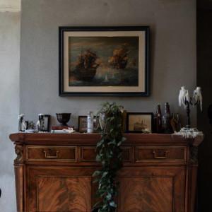 Antyki można nabyć za pośrednictwem antykwariatów, galerii sztuki, domów i portali aukcyjnych, które oferują kolekcje starannie wyselekcjonowanych mebli i dodatków antykwarycznych. Fot. Yestersen
