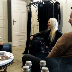 Monika Bielska, dyrektor kreatywna Miloo Home, z projektantami. Fot. Miloo Home