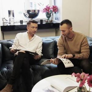 Duet Paprocki&Brzozowski na sofie