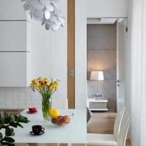 Przy stole ustawiono dopełniające koncepcję salonu, proste w formie krzesła Airnova Giada. Projekt: Inter-Arch Architekci. Fot. Inter-Arch Architekci