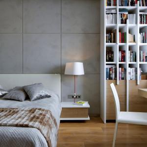 W sypialni króluje twórczy minimalizm. Biała biblioteczka z drewnianymi elementami jest ponadczasową i nowoczesną propozycją, idealnie skrojoną pod właścicieli, którzy cenią sobie elegancję oraz ciepło we wnętrzu. Projekt: Inter-Arch Architekci. Fot. Inter-Arch Architekci