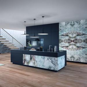 Kuchnia w stylu loft wykończona marmurowym dekorem