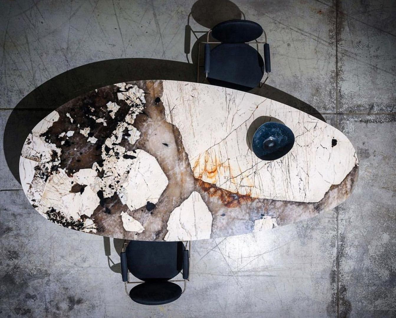 Blat stołu wykonanego z kwarcytu Patagonia. Fot. Interstone