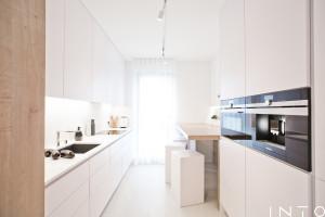 Biel i jasne drewno w nowoczesnym wnętrzu – minimalistyczna realizacja