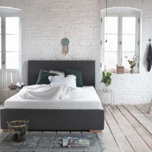 Sypialnia w stylu soft-loft. Łóżko z materacem