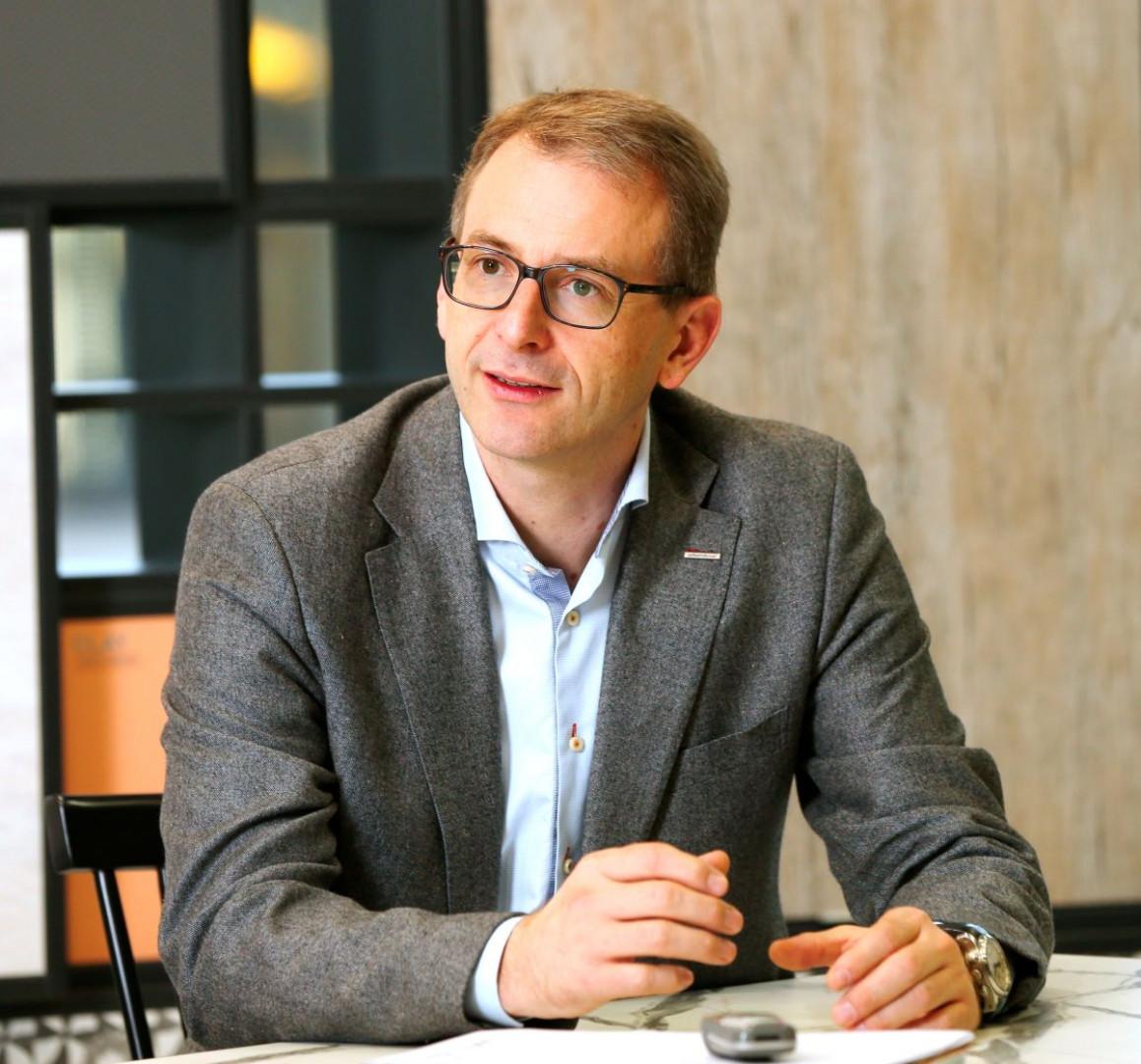 Klaus Mueller, kierownik sprzedaży powierzchni dekoracyjnych w firmie Schattdecor. Fot. Schattdecor