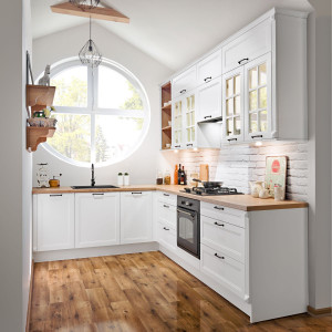 Kuchnia w wiejskim stylu - białe fronty, drewniany blat. Fot. KAMKuchnie