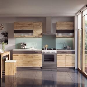 Nawet w niewielkiej kuchni warto zdecydować się na wprowadzenie ozdobnego dekoru kolorystycznego, który ożywi aranżację. Fot. Kam