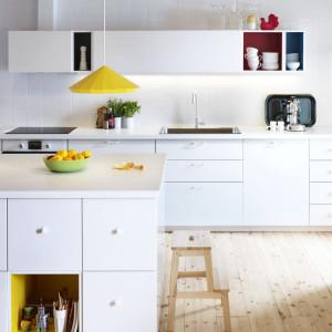 Zabudowa z półkami marki IKEA przeznaczona do aranżacji niewielkiej kuchni. Fot. IKEA