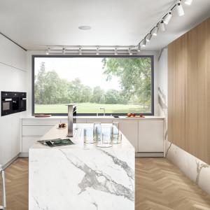 Kuchnia Modern z szafkami umieszczonymi pod oknem. Fot. Zajc