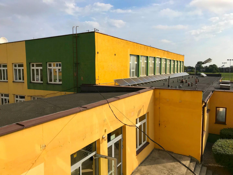 Instalacja fotowoltaiczna zamontowana na dachu szkoły we Wróblewie. Fot. IKEA