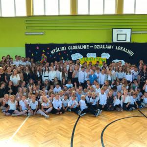 """Uczniowie szkoły we Wróblewie, która znalazła się z gronie zwycięzców konkursu """"Najlepsza szkoła pod słońcem"""". Fot. IKEA"""