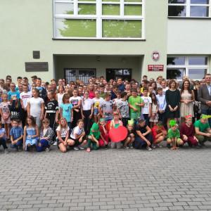 """Uczniowie szkoły w Tomicach, która znalazła się z gronie zwycięzców konkursu """"Najlepsza szkoła pod słońcem"""". Fot. IKEA"""