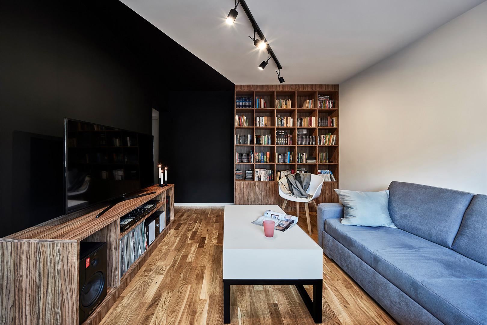 W pokoju dziennym pojawił się mocny akcent kolorystyczny połączony z oryginalnym wzorem. Projekt: 3XEL Architekci. Fot. Paweł Augustyniak