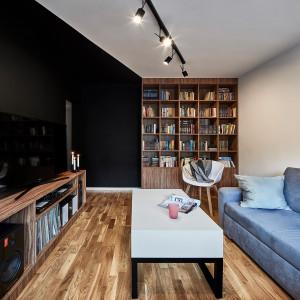 W tym pokoju dziennym pojawił się mocny akcent kolorystyczny połączony z oryginalnym wzorem. Projekt: 3XEL Architekci. Fot. Paweł Augustyniak