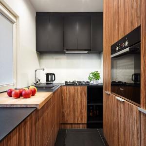Niewielka przestrzeń kuchni została w pełni wykorzystana dzięki wysokiej zabudowie meblowej. Projekt: 3XEL Architekci. Fot. Paweł Augustyniak