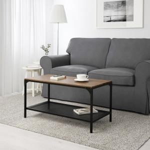 Dwuosobowa sofa i niewielki stolik z półką sprawdzą się w małym salonie. Fot. IKEA