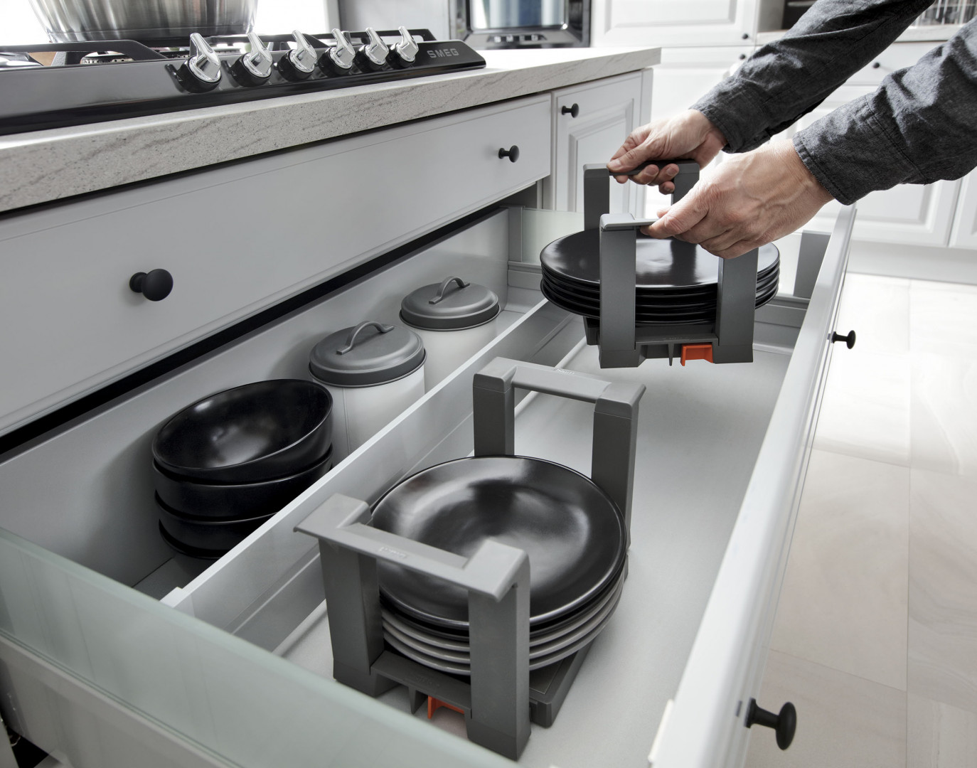 Specjalne uchwyty pozwolą zapobiec przesuwaniu się talerzy w szufladzie. Fot. BRW