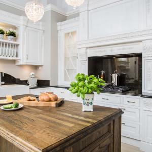 Blaty z naturalnego drewna w rustykalnej kuchni. Fot. Arino House