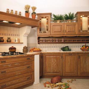 Drewniany blat dodaje wnętrzu ciepła, sprawia wrażenie przytulności. Fot. Arino House