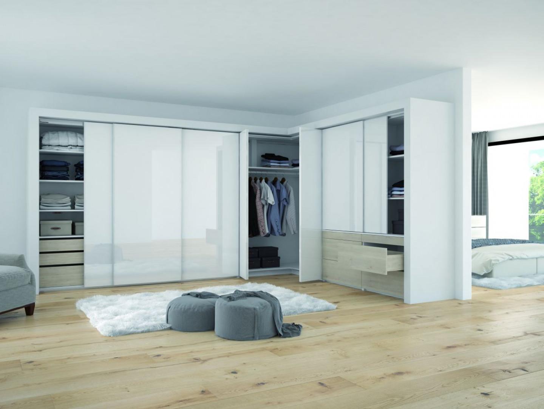 Drzwi składane zapewniają komfortowy dostęp do narożników w szafach i garderobach. Fot. Hettich