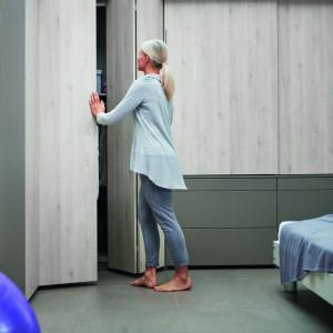 Drzwi składane można zastosować w całej zabudowie szafy, zarówno na prostej ścianie, jak i w narożnikach. Fot. Hettich