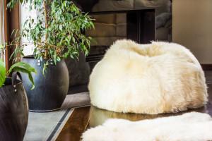 Miękkie i puszyste meble z… futrem – trend na jesień i zimę