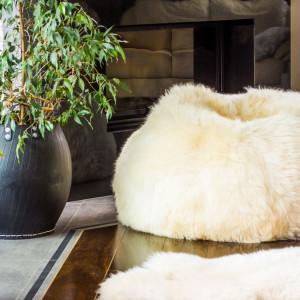 Wykończone futrem pufy to świetny pomysł na urozmaicenie wnętrza.