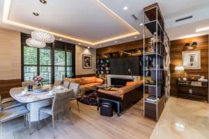 Designerskie meble, funkcjonalny podział wnętrza - zobacz apartament w Warszawie!