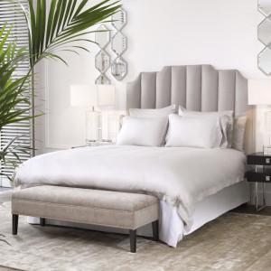 Łóżko z efektownym wezgłowiem. Fot. Clue Studio
