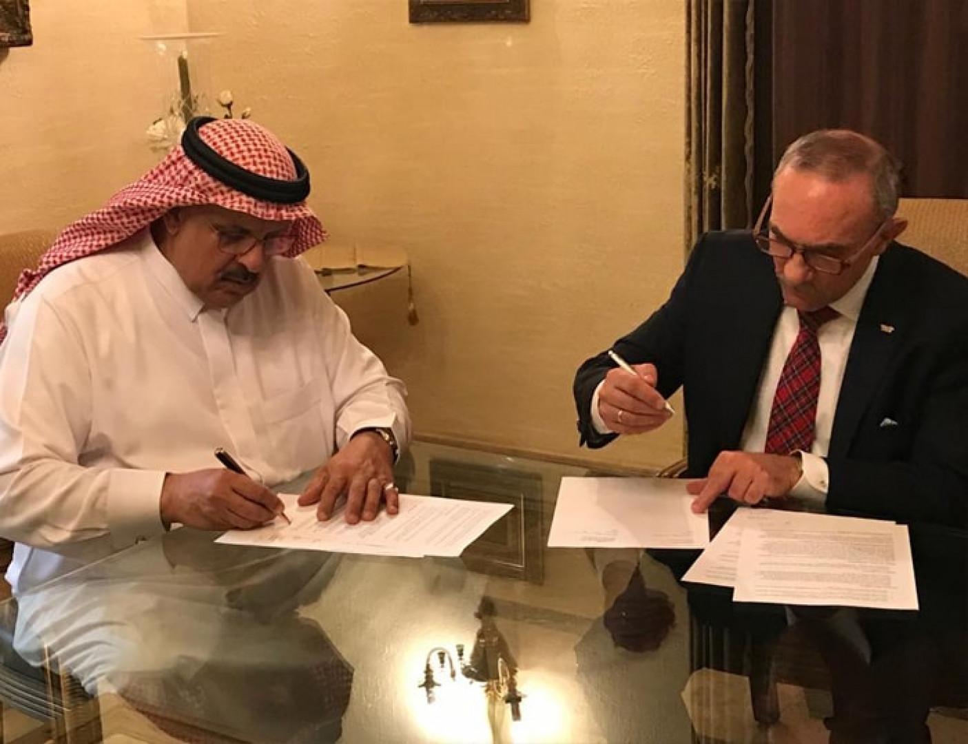 Prezes Jan Szynaka podpisał umowę o rozszerzenie współpracy z rynkiem arabskim. Fot. Szynaka Meble