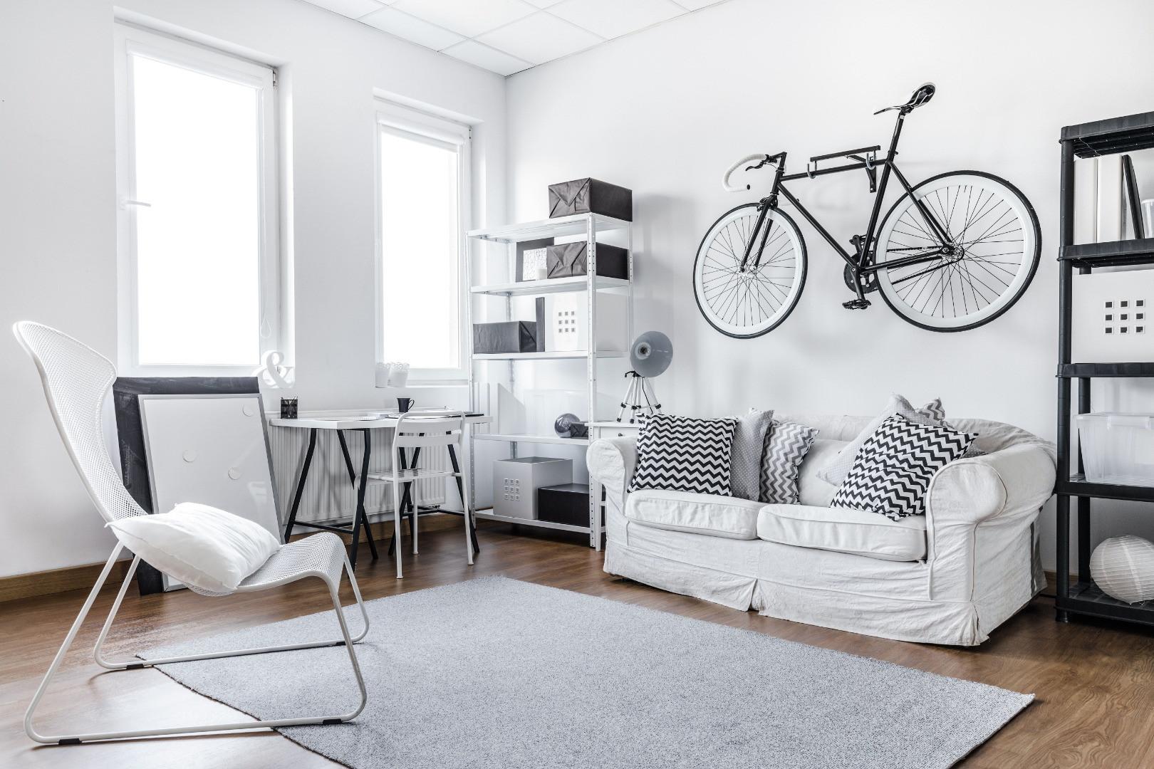 W niewielkim mieszkaniu należy wykorzystać każdą dostępną powierzchnię, choćby ścianę. Fot. Fischer