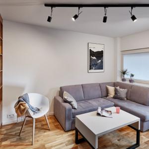 Do niewielkiego salonu polecane są kompaktowe meble i sofy z funkcją spania. Projekt: 3XEL Architekci. Fot. Paweł Augustyniak