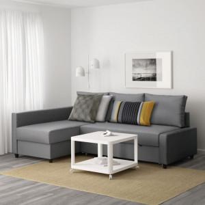 Kompaktowy narożnik i mobilny stolik pozwalają funkcjonalnie umeblowac mały salon. Fot. IKEA