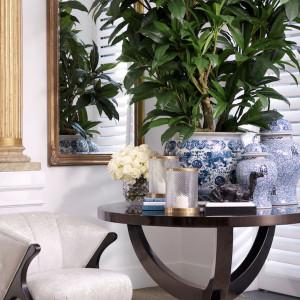 Ważnym dopełnieniem wystroju neoklasycznego salonu są dodatki w posatci luster, lamp, obrazów czy też ceramiki. Fot. Clue Studio