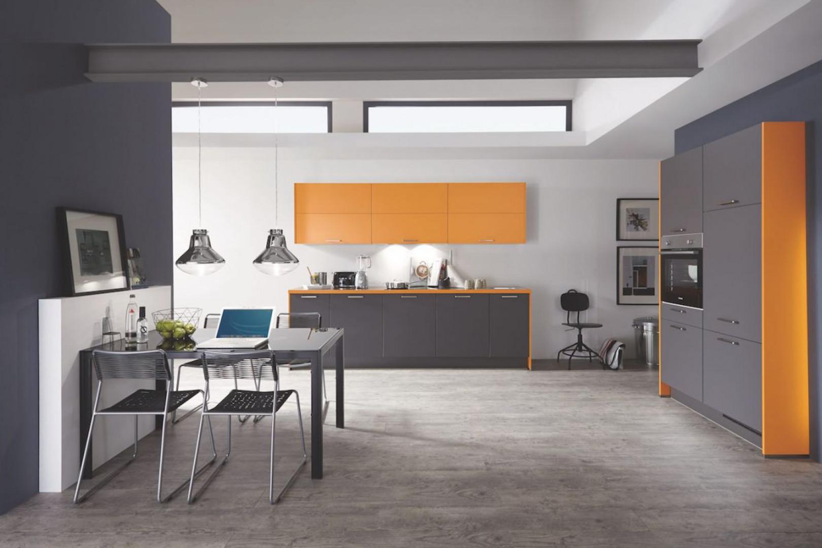 Szara kuchnia, rozjaśniona ciepłą żółcią, zyskuje nowy wizerunek. Fot. Verle