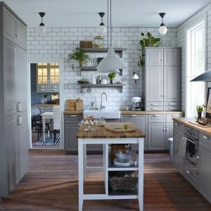 Szara zabudowa kuchenna w stylu skandynawskim. Fot. IKEA