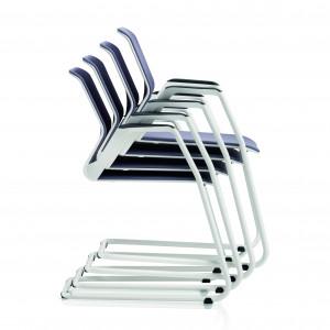 Krzesła, które po zebraniu można sztaplować (wkładać jedno w drugie) nie zabierają cennej przestrzeni. Fot. Sitag