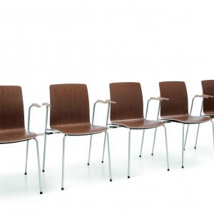 """Lekkie krzesła z serii """"Com"""" idealnie nadają się na spotkania, w których uczestniczy więcej osób. Fot. Profim"""