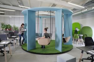 Przyjazna przestrzeń – aktualne trendy na rynku mebli biurowych