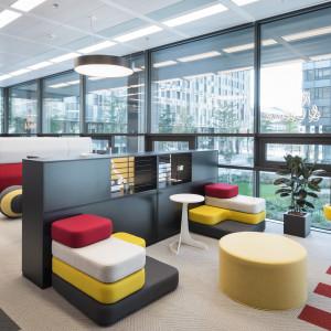 Kolorowo i miękko – tak może wyglądać przestrzeń do relaksu w biurze. Fot. Grupa Nowy Styl