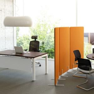 """Mobilne ścianki pozwolą na podzielenie biura na strefy. Kolekcja """"Yan"""" firmy MDD. Fot. Ernest Wińczyk"""
