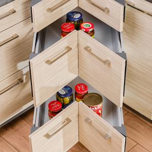 Nawet szafka narożna może być zaprojektowana w taki sposób, aby wykorzystać całą dostępną przestrzeń, a jednocześnie nie zmuszać jej posiadaczy do schylania się i przeszukiwania głęboko ukrytych zakamarków. Fot. Kam
