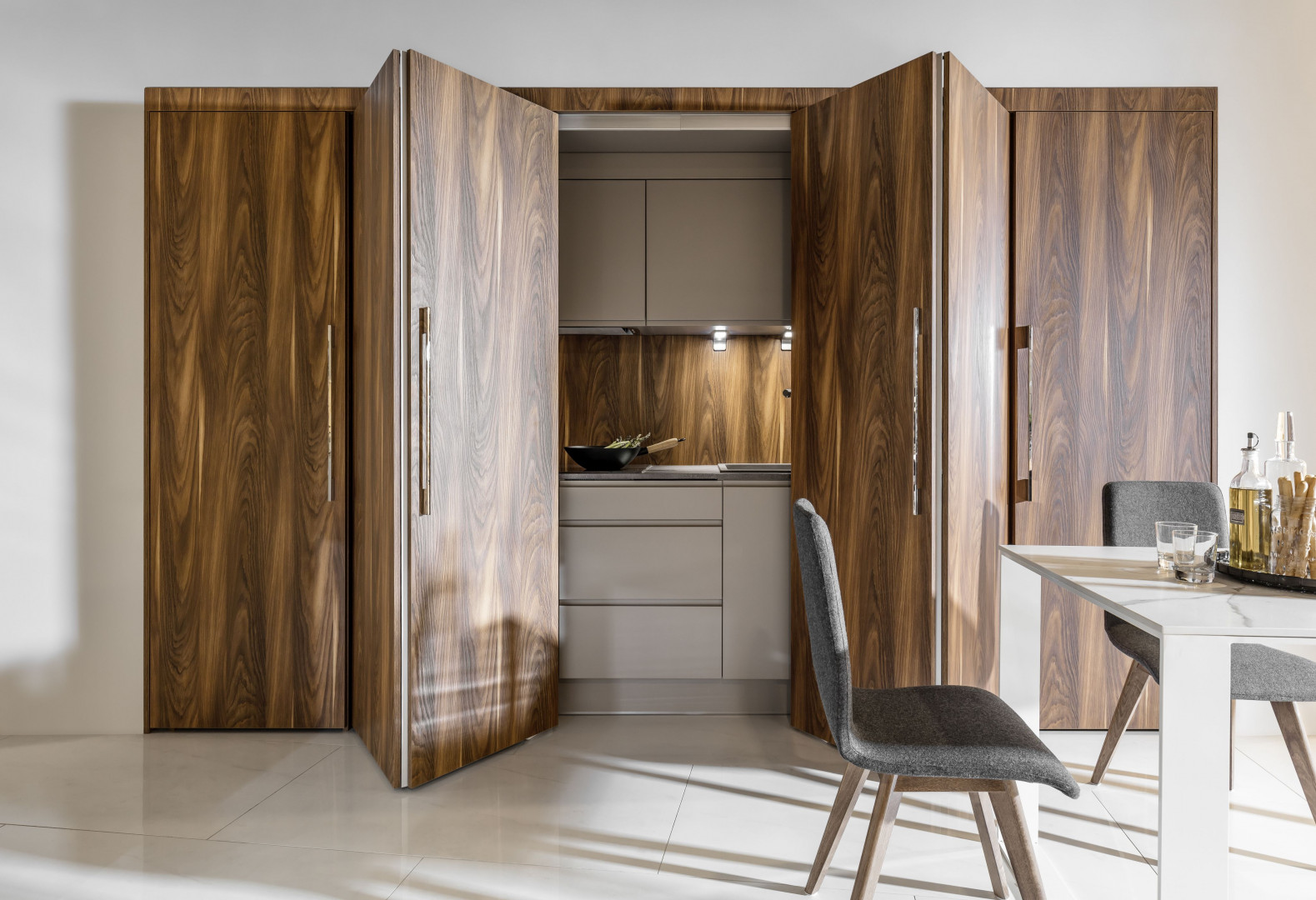 Dzięki specjalnym systemom drzwi skutecznie ukryjemy bałagan, który zwykle towarzyszy kuchennej krzątaninie. Fot. Peka