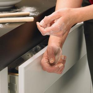 Systemy bezuchwytowe sprawdzają się szczególnie podczas codziennej krzątaniny w kuchni. Fot. Hettich