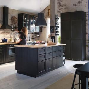 Styl wyspy kuchennej bez problemu można dobrać nie tylko do własnych gustów, ale także aranżacji salonu. Fot. IKEA