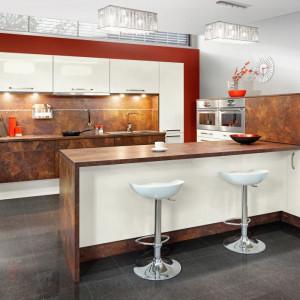 Blat baru jest umieszczony zazwyczaj wyżej niż standardowy blat roboczy, co pozwala oddzielić część roboczą kuchni. Fot. Kam