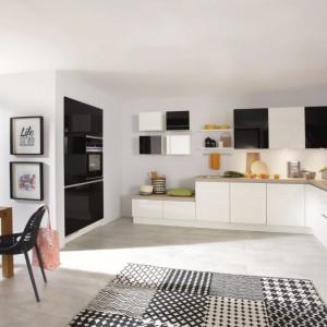 Stół wyznaczający granicę kuchni i salonu = model