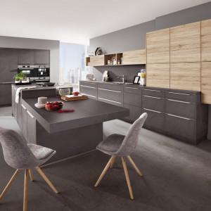 Kuchnia w kolorach drewna z elementami szarości. Fot. Verle