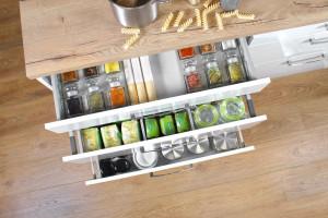 Jak zaprowadzić porządek w kuchni - pomocne akcesoria meblowe